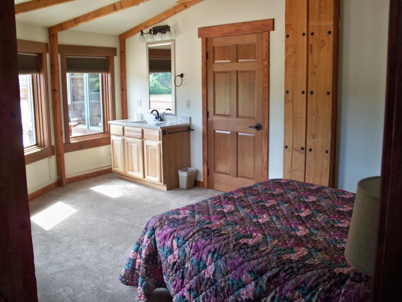 Chambre simple avec meuble-lavabo dans la chambre.