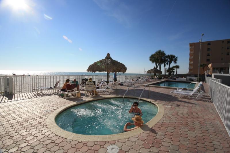 Évacuez tous vos soucis à Sea Breeze 208 à Madeira Beach, Floride