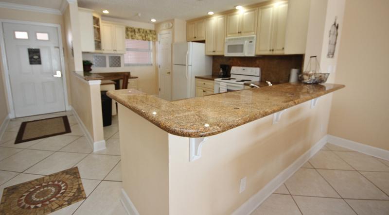 Sea Breeze 702 dispose d'une cuisine avec comptoirs en granit et concept ouvert