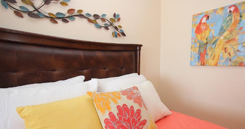 Vous vous sentirez chez vous dans cette chambre joliment décorée au Sea Breeze 702