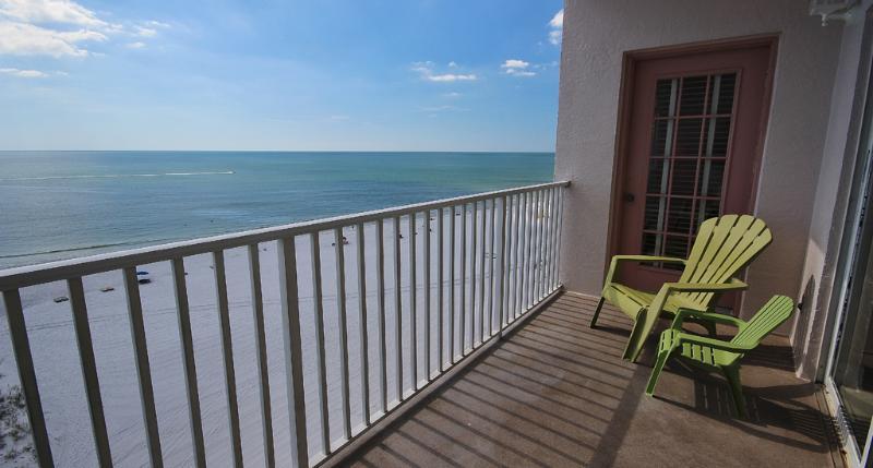 Le balcon au Sea Breeze 702 offre une vue impeccable de Madeira Beach et la piscine