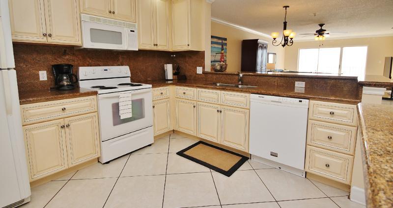 Sea Breeze 702 dispose d'une cuisine complète entièrement équipée avec vue sur le Golfe