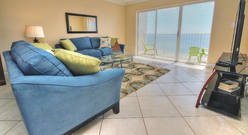 Profitez de la vue sur le golfe du sièges confortables dans le salon au SB702