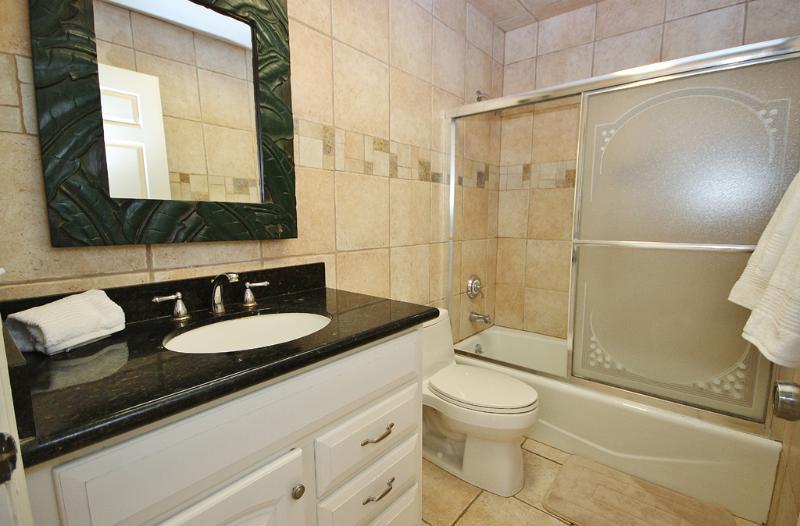 Sea Breeze 702 dispose d'une salle de bain invité à jour avec baignoire / douche combo