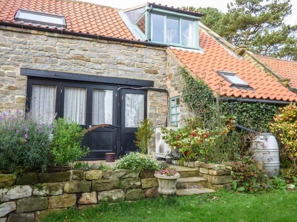 THE HAYLOFT, studio accommodation, private patio, eco central heating, in, holiday rental in Cloughton