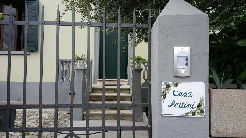 casa Pettini :cancello di accesso al giardino .Al suo interno ci sono due appartamenti separati.