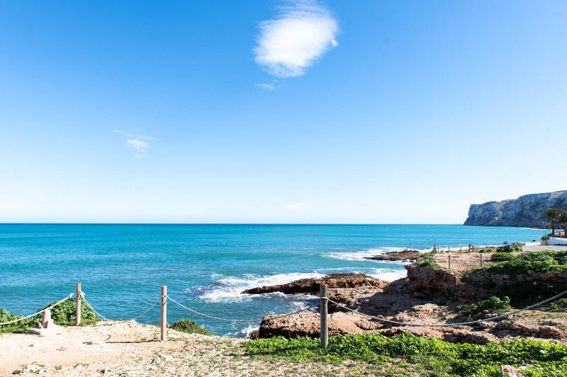 Playa de les Arenetes,al fondo el Cap de Sant Antoni