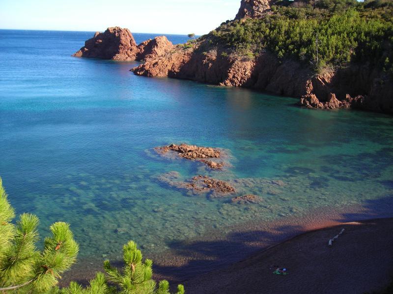 Corniche d'Or avec ses rochers rouges