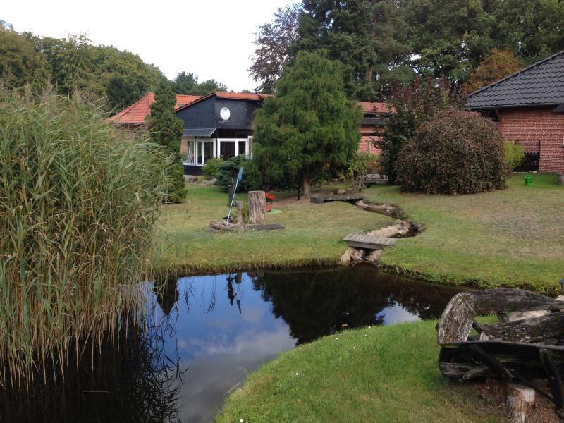 Le cottage dans le grand jardin avec une terrasse couverte de partie