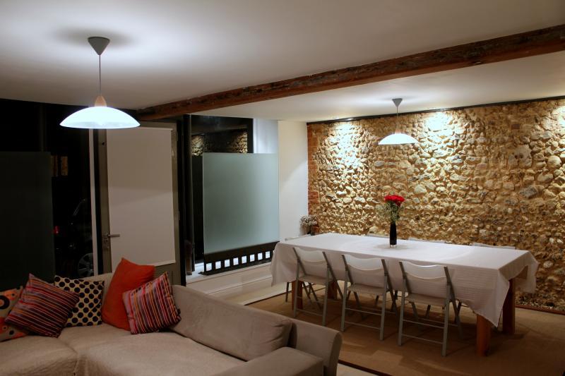 Dramatische exponierten Feuerstein Wand im Esszimmer