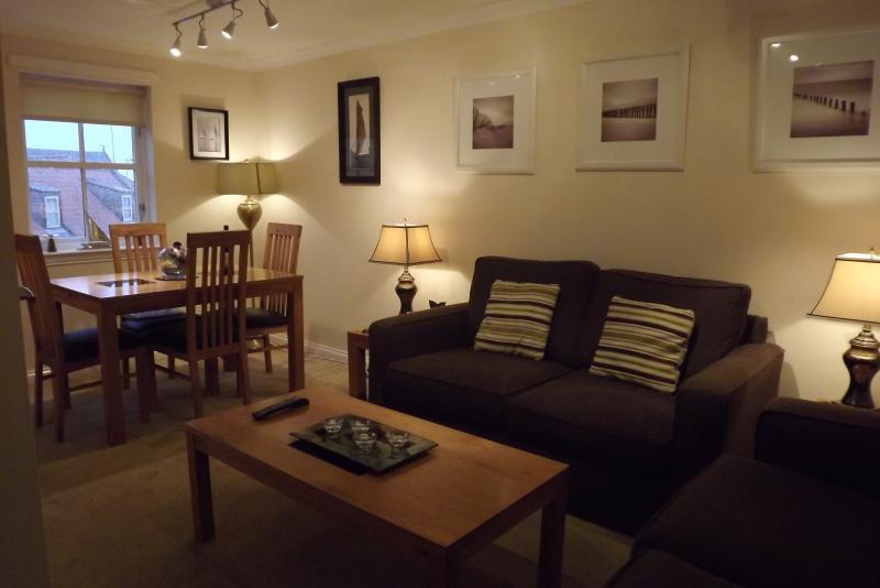 Sitting room/dining area