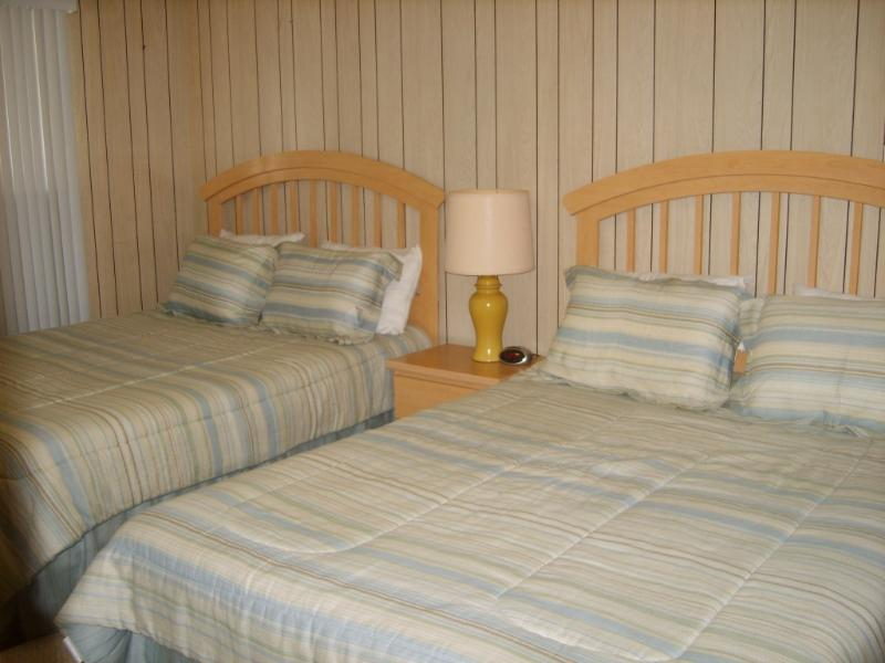 El dormitorio del primer piso cuenta con 2 camas tamaño queen