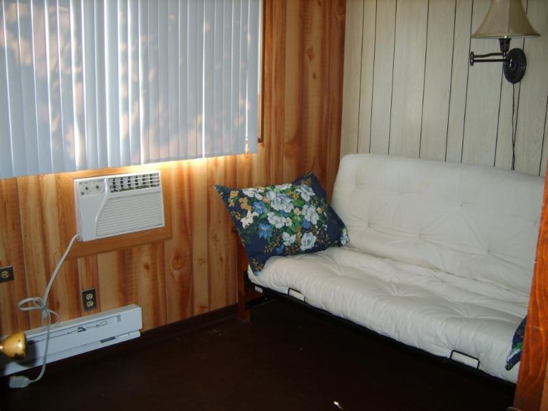 """Habitación # 5 contiene un futón doble y una TV de 32"""" LED en el segundo piso"""