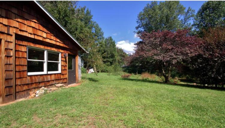 Beautiful mountain views over the one acre private yard