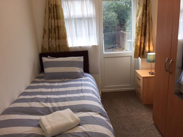 Single  bed self contain Garden Apartment, holiday rental in Ickenham