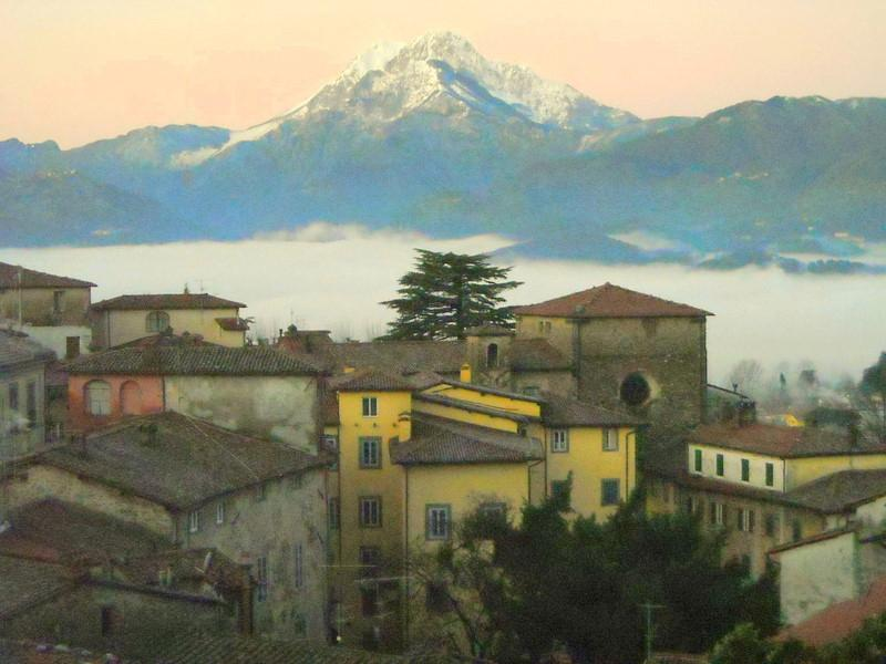 10 min walk to Barga's restaurants and shops