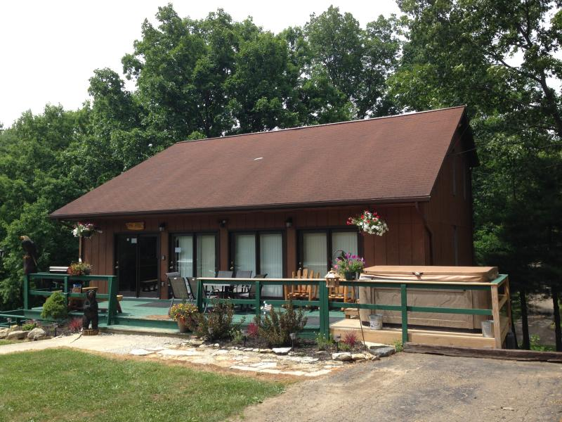 The Pines Lodge 1st Choice Cabin Rentals Hocking Hills between Logan and Athens, holiday rental in Glouster