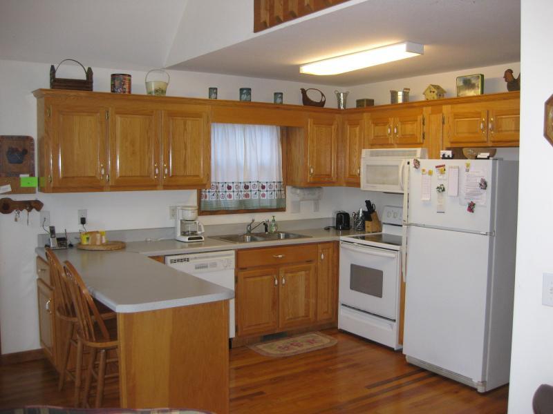 Kitchen with all appliances, breakfast bar