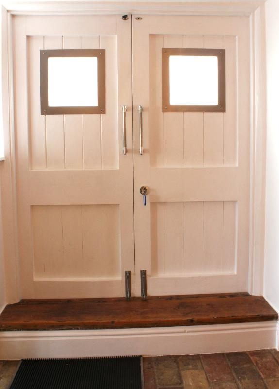 Stabile Doppeltüren führen aus der Küche