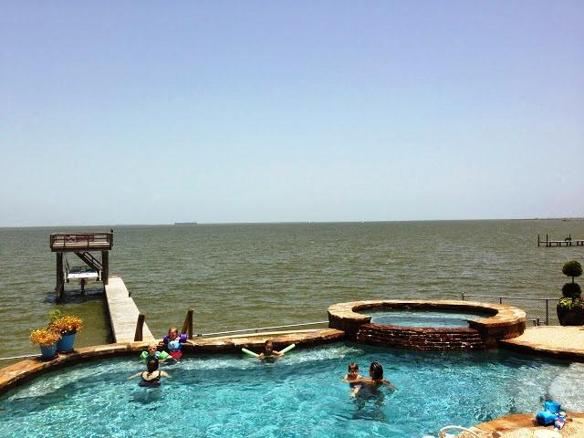 Spacious apt near Kemah,Texas;Bay views; fishing off the pier, WiFi, Cable, Pool, vacation rental in La Porte