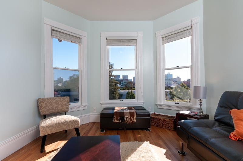 STUNNING APARTMENT WITH CITY VIEWS, vacation rental in Oakland