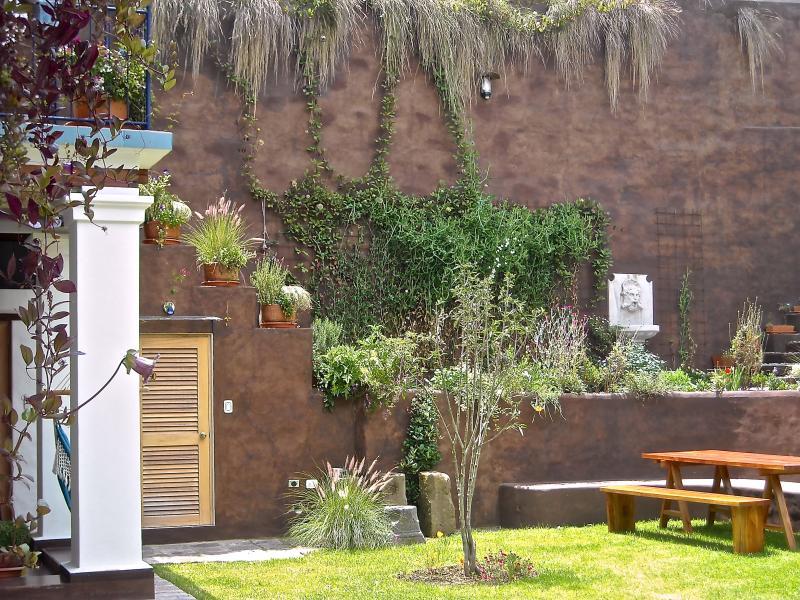 Peaceful Garden Suite Colibri in Historical Quito, vacation rental in Quito