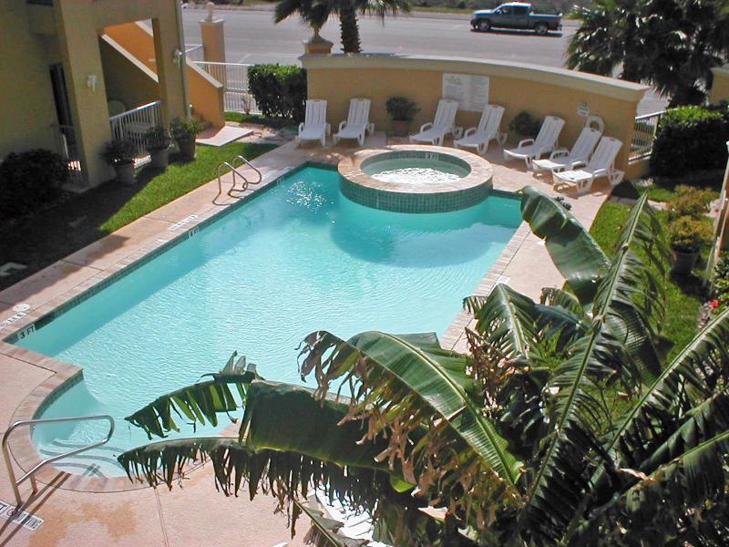 Las Verandas #204 CLOSE TO Clayton's beachbar/Conv. center, POOL AND HOT TUB,, holiday rental in South Padre Island