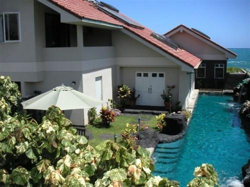 Absolutely Oceanfront - Legal - 60ft waterfall lap pool - $199, vacation rental in Kailua