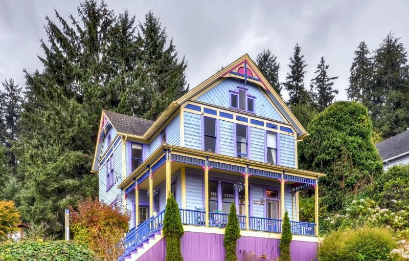 'Astoria Painted Lady' Historic Apt w/ River View!, alquiler vacacional en Astoria
