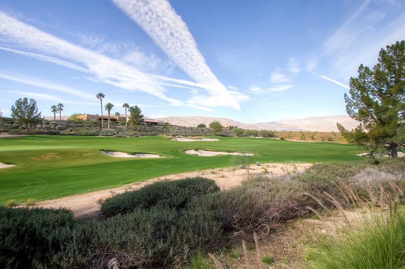Golfistas vão adorar a localização do casa no Rams Hill Golf Club!