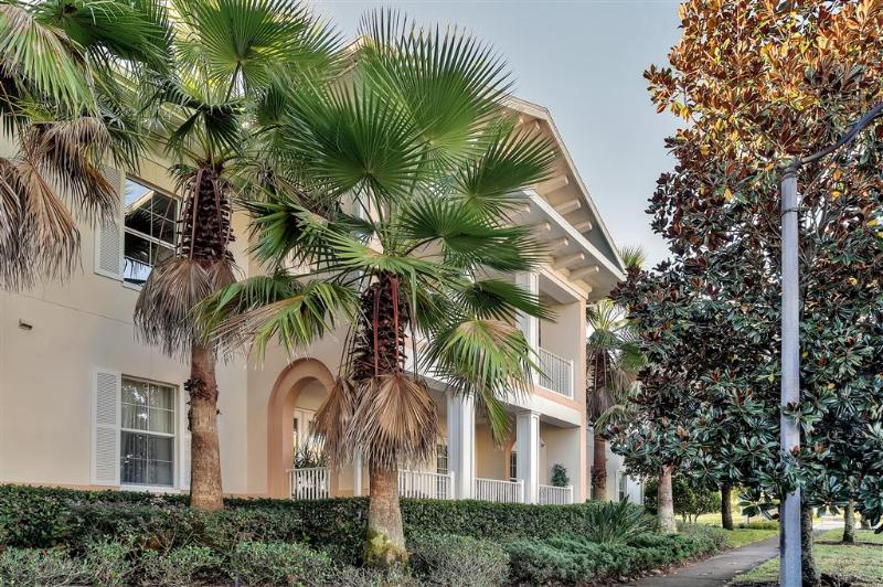 You will simply adore this condo's wonderful location in a relaxed resort setting