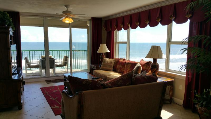 Oceanfront Living Room with 50' Flat Screen TV and DVD