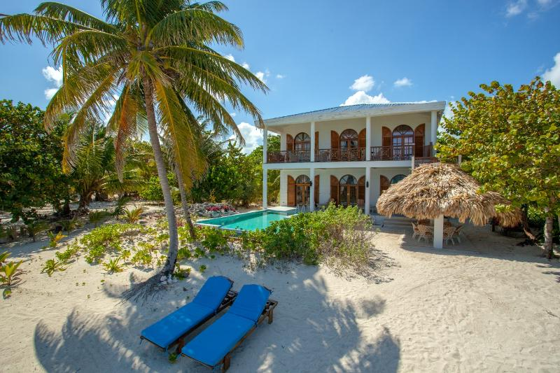 BajaMar Belize:5bedroom 5bathroom Luxurious Beach House with Pool & Caring Staff, alquiler de vacaciones en San Pedro