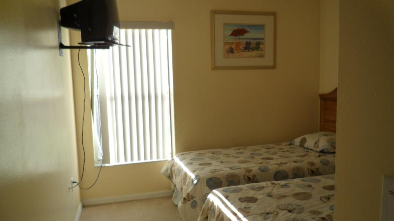 small bedroom 2 twin beds