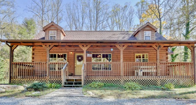 Rustic Hendersonville Cabin w/ Large Deck & Grill!, holiday rental in Laurel Park