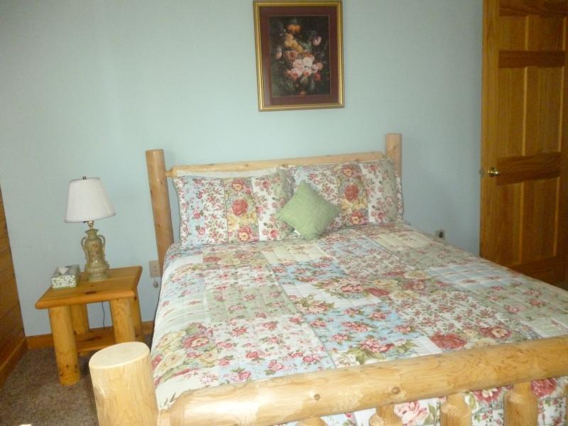 Queen bedroom (another view)