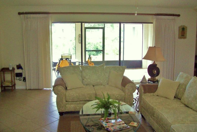 Living Room towards Lanai