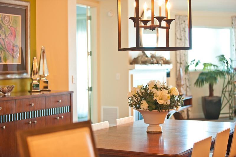 Dinning Room sits 8