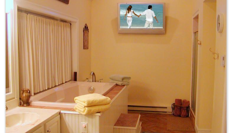 Master Bath with soaking tub, tiled shower and 42' Flat Screen TV!