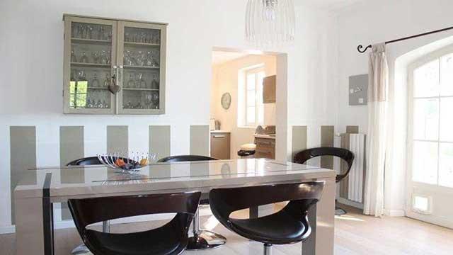 La salle à manger (table extensible jusqu'a 10 personnes).