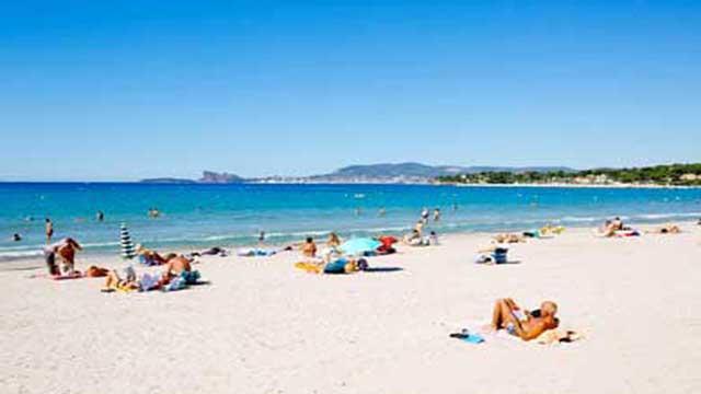 Les plus belles plages de la région (St Cyr sur Mer, Bandol ou Sanary) sont à 10-15 mn en voiture