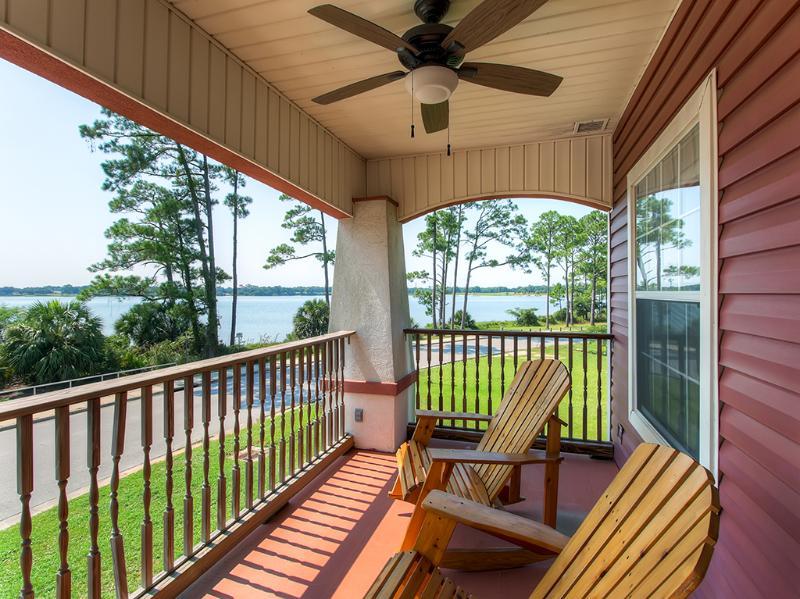Vous allez adorer la grande terrasse avec vue sur Bayou Grande.