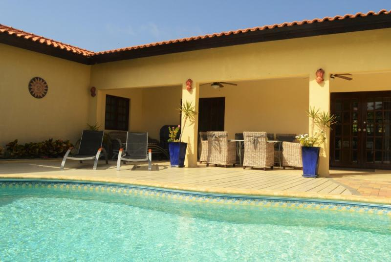 Villa Opal: Spacious 4BR home in Noord, with private pool, BBQ, close to beaches, vacation rental in Oranjestad