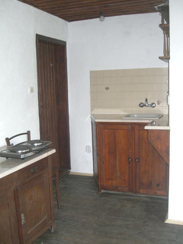 Le coin cuisine. Deux feux, grill, grille-pain, bouilloire électrique, four portable et une machine à café.