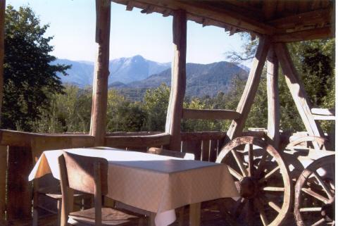 Vista sulle montagne dalla grande sala da pranzo all'aperto che era il fienile.