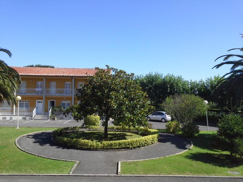 Jardín y edificio principal