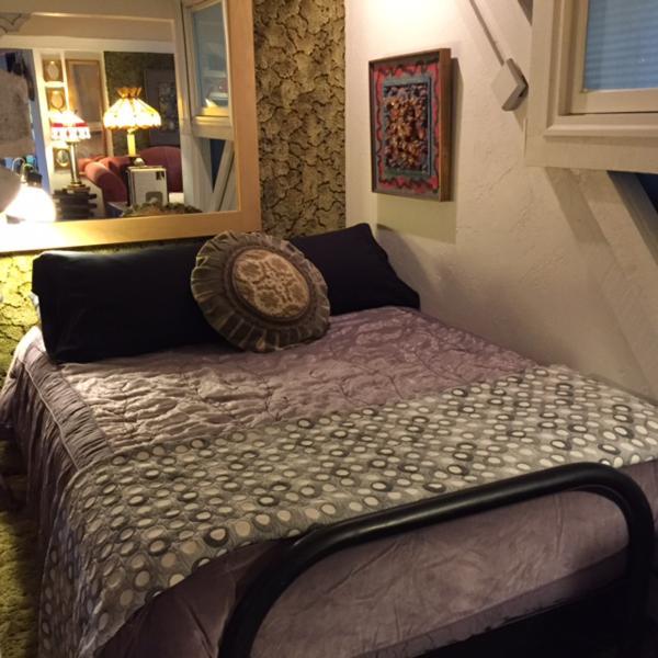 Chambre alcôve, grand lit avec matelas en mousse à mémoire.