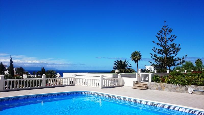 LOVELY 2 BEDROOM Apt. facing south-west CITY & OCEAN VIEWS + FREE WIFI, aluguéis de temporada em Los Gigantes
