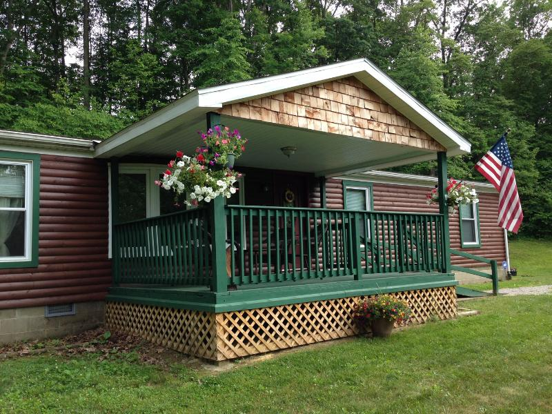 Beautiful, exceptionally clean Bobcat Cabin | 30 mins from Hocking Hills & OU, casa vacanza a Glouster