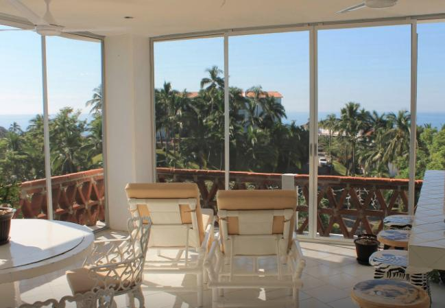 Panoramic views in exclusive 2BD condo, location de vacances à Manzanillo